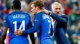 les-joueurs-de-l-equipe-de-france-blaise-matuidi-et-antoine-griezmann-lors-de-la-victoire-de-l-equipe-de-france-face-a-la-roumanie-2-1-le-10-juin-2016_5614093